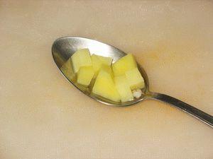 картошку нарезать кубиками