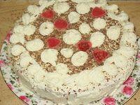 Украшение торта шоколадом, розочками и мармеладками