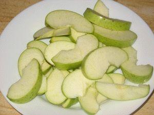 Яблоки для пирога нарезать на дольки