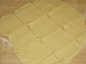 раскатать тесто и нарезать квадратики