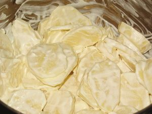 перемешать ломтики картошки с майонезом и сметаной