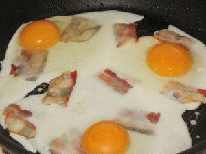 жарка яичницы с беконом