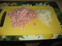 нарезать лук и колбасу
