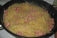 в обжаренную колбасу с луком добавить макароны и перемешать