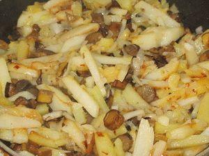 перемешать картошку с грибами