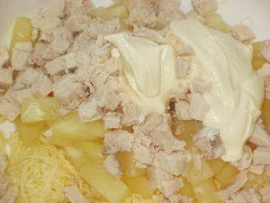 смешать ингредиенты салата с курицей и ананасами