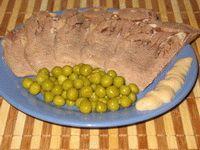 Традиционная русская закуска: отварной говяжий язык с зеленым горошком и...