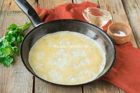 яичный блинчик на сковороде