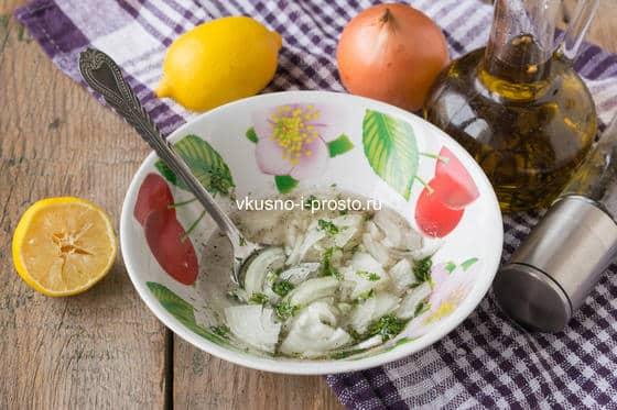 залить лук лимонным маринадом