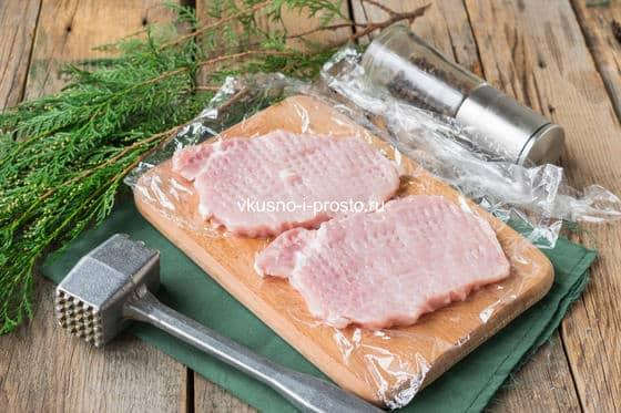 отбиваем мясо для шницеля