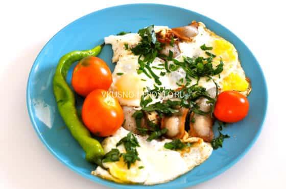 Классика на завтрак - яичница с беконом