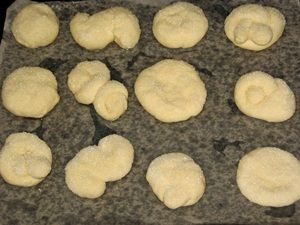 булочки с сахаром на противне