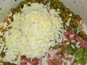 ингредиенты для салата из свежей капусты и сервелета