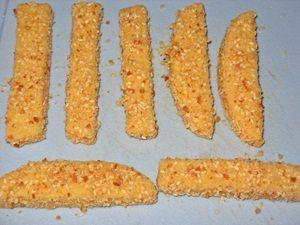 панированые сырные палочки перед жаркой