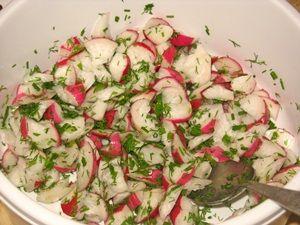 заправить и перемешать салат из редиски