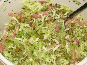 перемешать салат из капусты с сервелатом