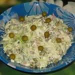 Салат из свежей капусты с сервелатом