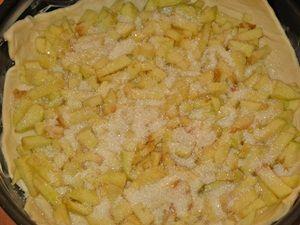 выложить яблоки на слоёное тесто для пирога