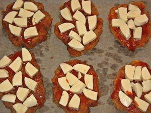 выложить кусочки сыра моцарелла на котлеты под кетчупом