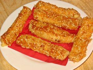 жареные сырные палочки положить на салфетку