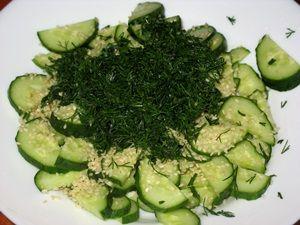 добавить зелень в салат из огурцов