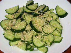 кунжут в салате из огурцов