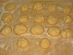 разделить сдобное тесто на шарики для булочек