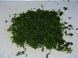 рубленая зелень для салата из огурцов