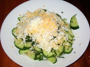 тёртое яйцо для салат из огурцов