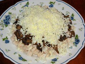 тёртое яйцо на шампиньонах в салате с курицей