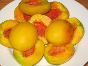 персики подготовлены для варки компота