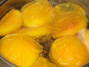 варка компота из персиков