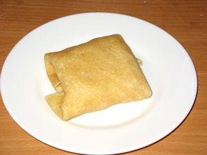 блин с курицей и сыром свёрнут конвертиком