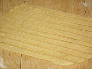 полоски из теста для украшения пирога с повидлом