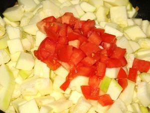 помидор с кабачком в сквовороде
