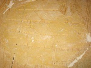раскатанное и нарезанное тесто для хвороста