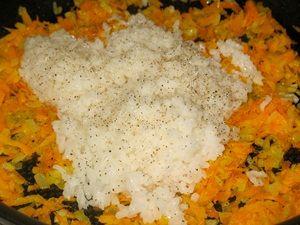 рис и обжаренные лук с морковкой для перцев