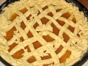 украшенный пирог с повидлом