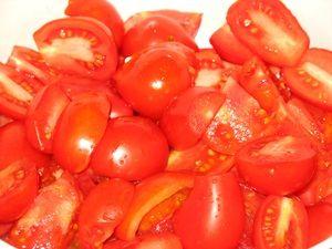 резанные помидоры в кастрюле