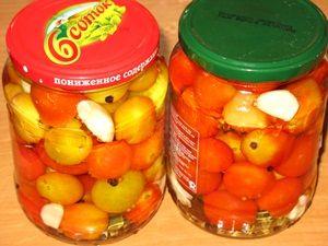 банки с помидорами залитые водой