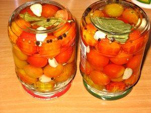 перевернутые банки с маринованными помидорами