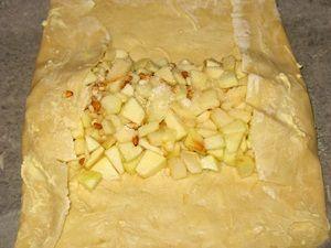 сворачивание штруделя с яблоками