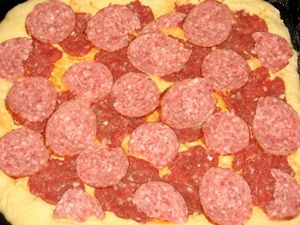 колбаса на пицце с фаршем