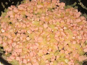 обжарка колбасы с луком для вермишели