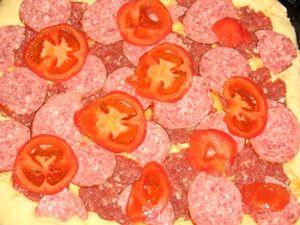 помидоры на пицце с фаршем
