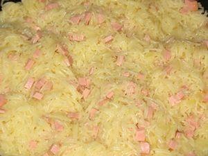 заправить колбасу с луком вермишелью