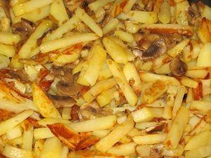 перемешать жареные шампиньоны с жареной картошкой