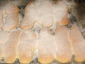 посыпать бисквитное печенье сахарной пудрой