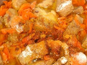 добавить в мясо с овощами специи для плова