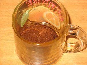 молотый кофе в кружке